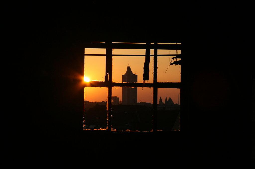 Sonnenuntergang, MDR Turm Leipzig durchs Fenster 7586