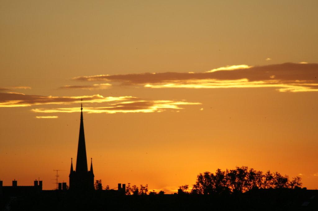 Sonnenuntergang am 21. Juni, Silhouette einer Kirche 8367