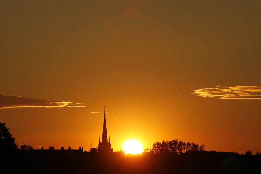 Sonnenuntergang am 21. Juni, Silhouette einer Kirche 8357