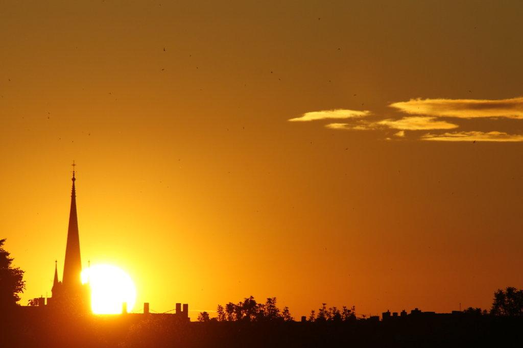 Sonnenuntergang am 21. Juni, Silhouette einer Kirche 8355