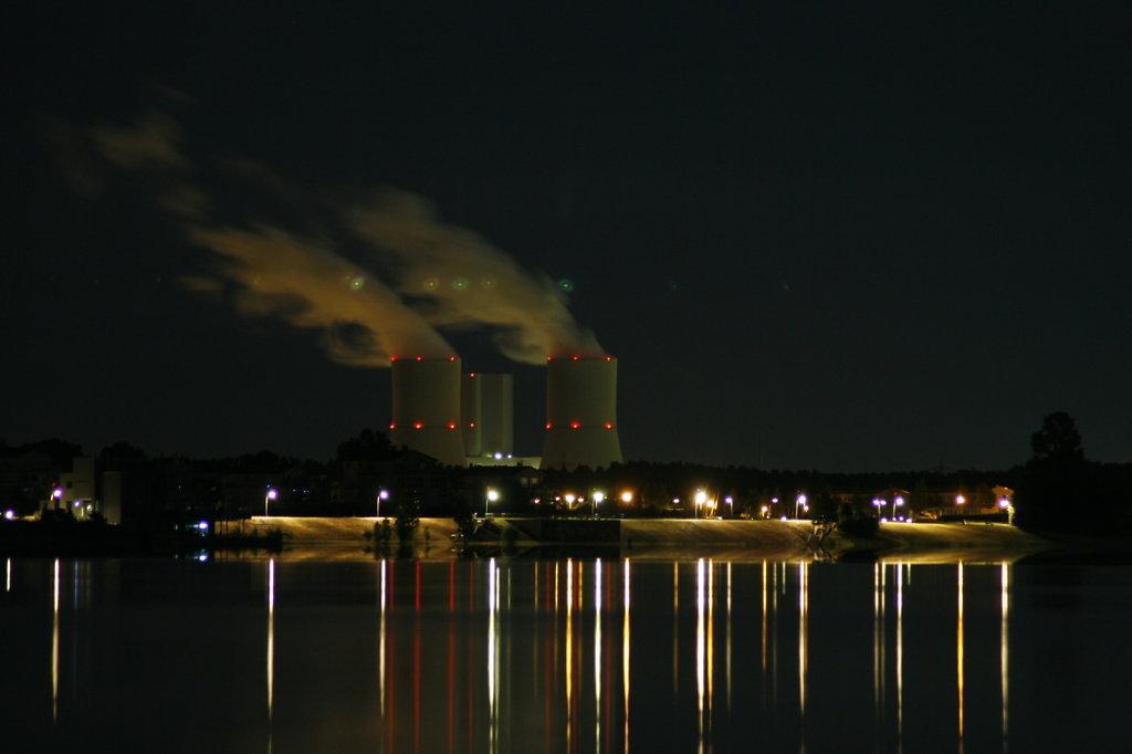 Cospudener See spiegelglatt, Kraftwerke im Hintergrund 8376
