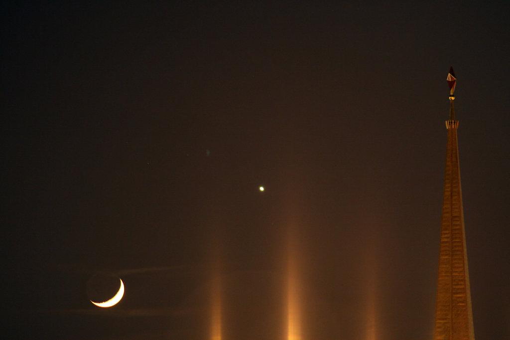 Mondsichel mit Stern altes Messegelände Leipzig 7755