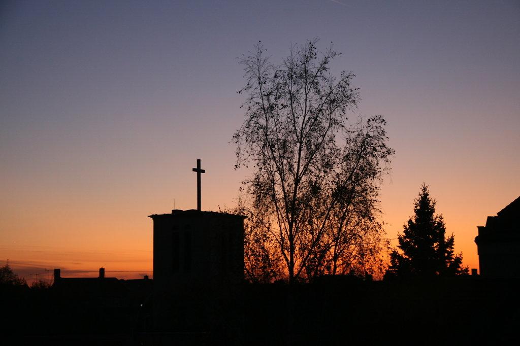 Sonnenuntergang mit Kirchenturm im Vordergrund  6501