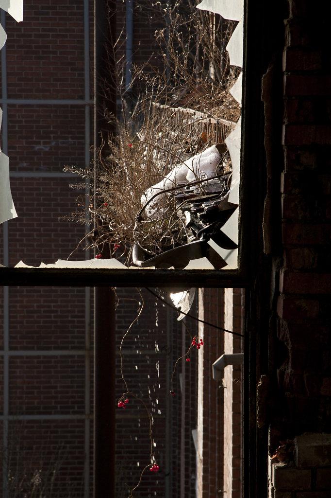 Der letzte Schnee taut in der kaputten Dachrinne 7677-21