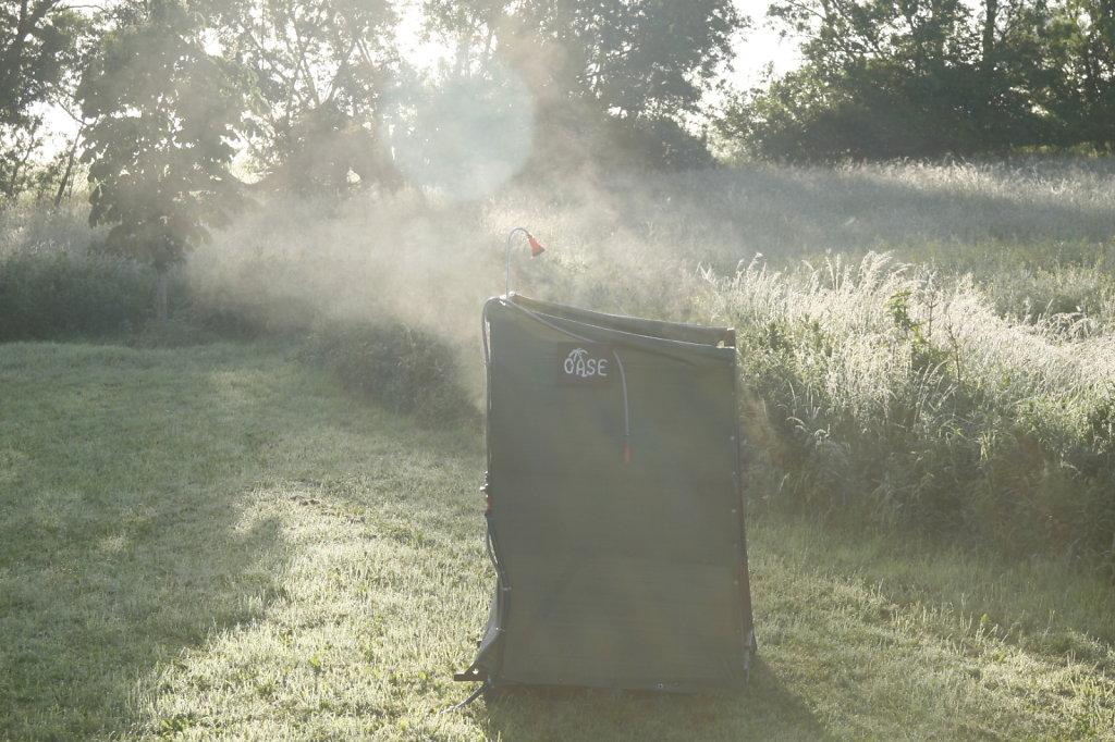 Dampfwolken steigen aus der Oase im Sonnenaufgang 8061